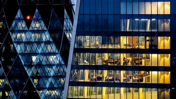 Onnodig veel lichtvervuiling en energieverspilling bij bedrijven