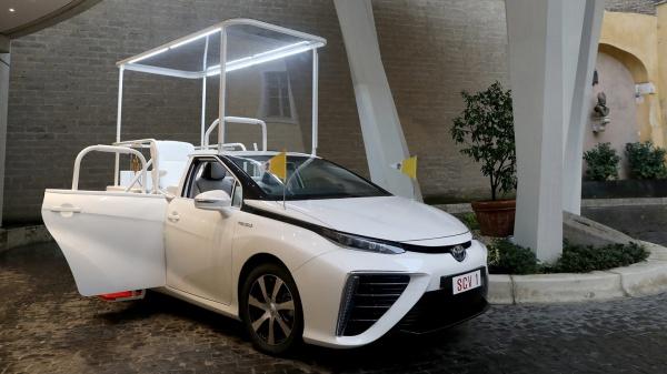 Paus Franciscus gelooft in een Toyota op waterstof