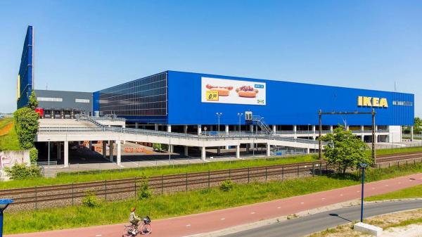 IKEA plaatst voor het eerst zonnepanelen op gevel gebouw