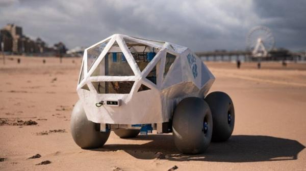 Deze BeachBot ruimt op het strand rotzooi op