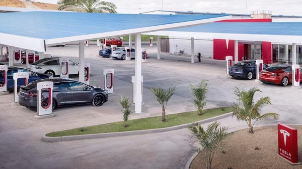 Tesla opent 's werelds grootste Supercharger station